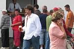 Posedět a poklábosit se svými blízkými, poslechnout si hudbu nebo podívat se na fotbal mohli návštěvníci sobotní akce v Bělotíně.