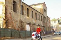 Ze zchátralého areálu bývalého pivovaru kousek od centra města mají být do roka nadstadnardní byty.