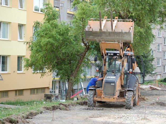 Po stavebních úpravách, které v současné době probíhají na přerovském panelovém sídlišti Předmostí, se řidiči dočkají vyššího počtu parkovacích míst.