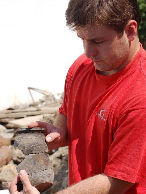 Archeologové při výzkumu v proluce ve Wilsonově ulici v Přerově nalezli velký soubor keramiky a železných artefaktů z mladší doby hradištní..