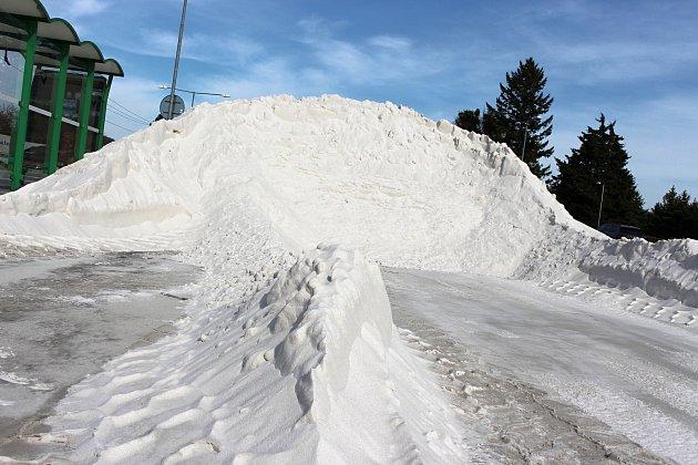 Velká hromada pěti set tun písku byla přechodně uložena uzastávky MHD vedle areálu SK Hranice.