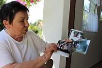 Jarmila Matějková při prohlížení fotografií z toku 2009 s vděkem vzpomíná na všechnu pomoc, která se jim dostala.