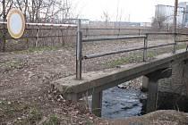 Most má obnažené základy a problémy se statikou.