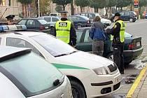Nebezpečného řidiče chytili v pondělí ráno na hlavní třídě v Hranicích městští strážníci. Dechová zkouška, které ho podrobili, ukázala na přístroji hodnotu 1,17.
