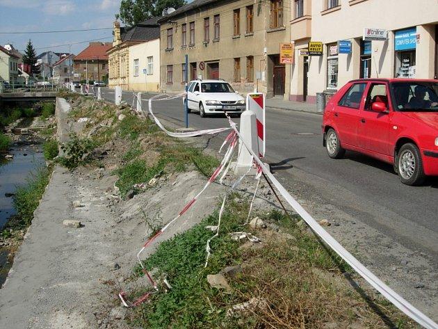 Opravy hráze v Komenského ulici v Hranicích se zastavily, břeh je špatně zabezpečený...