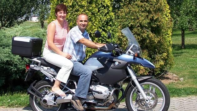 Koníček manželů Sedláčkových je i jízda na motorce.
