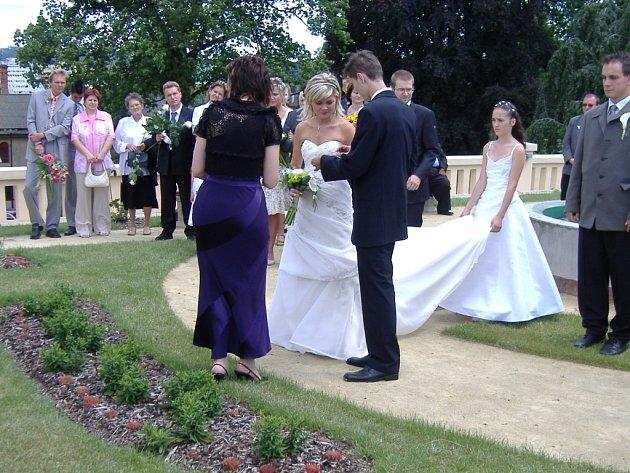 Několik párů si zvolilo za místo svatby střešní zahradu v Lipníku nad Bečvou.
