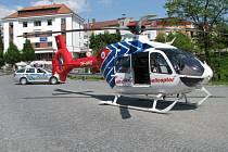 Kvůli rychlému zásahu přistál vrtulník záchranné služby přímo uprostřed Šromotova náměstí v Hranicích.
