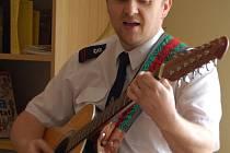 Úvodním slovem a hudbou na kytaru přivítal včera hosty, kteří si přišli prohlédnout nové zázemí nízkoprahového klubu, vedoucí přerovské Armády spásy Petr Janoušek.