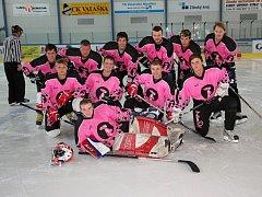 Růžoví rakovští hokejisté odehrají další zápas o víkendu s Kelčí