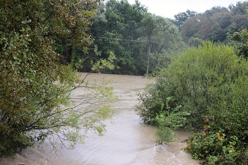 Bečva u ústeckého mostu a zatopené Mariánské údolí ve středu 14. října 2020 v 9.30 hodin.