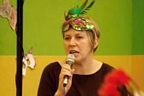 Učitelka Hana Kučerová školní karneval nejen připravovala, ale i moderovala.