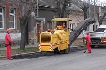 V Přerově se opět začalo s frézováním některých ulic, třeba Dluhonské, Na Odpoledni nebo Svépomoc.