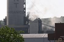 Nad hranickou cementárnou se tvořil hustý kouř.