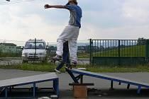 Děti a mládež jezdí po rampách, které jsou jen provizorně podloženy cihlami.