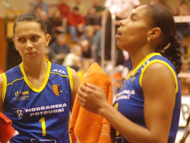 Kapitánku VK Solange Soaresovou (vpravo) trápilo bolavé rameno, Daniela Gőnciová zase hrála s reprezentací SR olympijskou kvalifikaci. Teď by obě neměly chybět v zítřejším duelu proti Střešovicím.