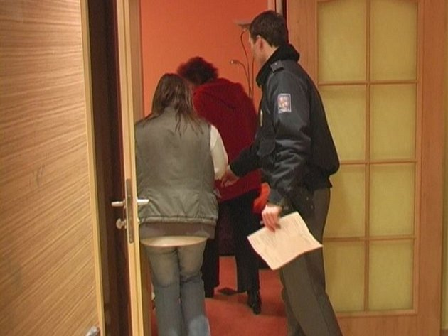 Zloději se vloupali do dvou bytů v jednom patře.