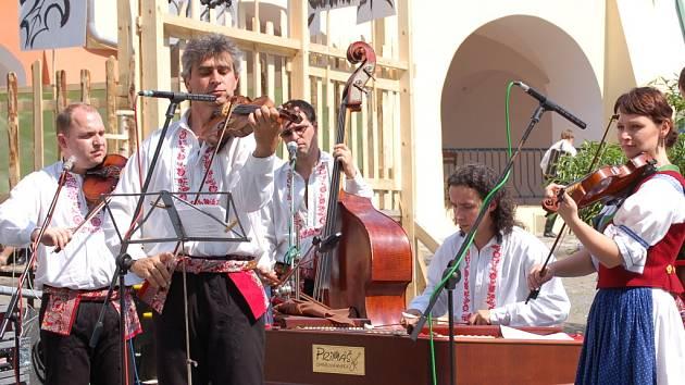 Na podiu se vystřídalo celkem devět souborů, o doprovod se postarala cimbálová kapela Primáš.