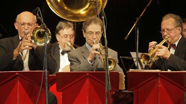 Přerovská, letos padesátiletá kapela Academic Jazz Band a její hosté.