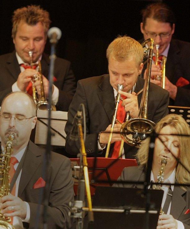 V Přerově začal XXV. jazzový festival. Jako první se na pódiu zasvingovala německá kapela IKS Big Band.