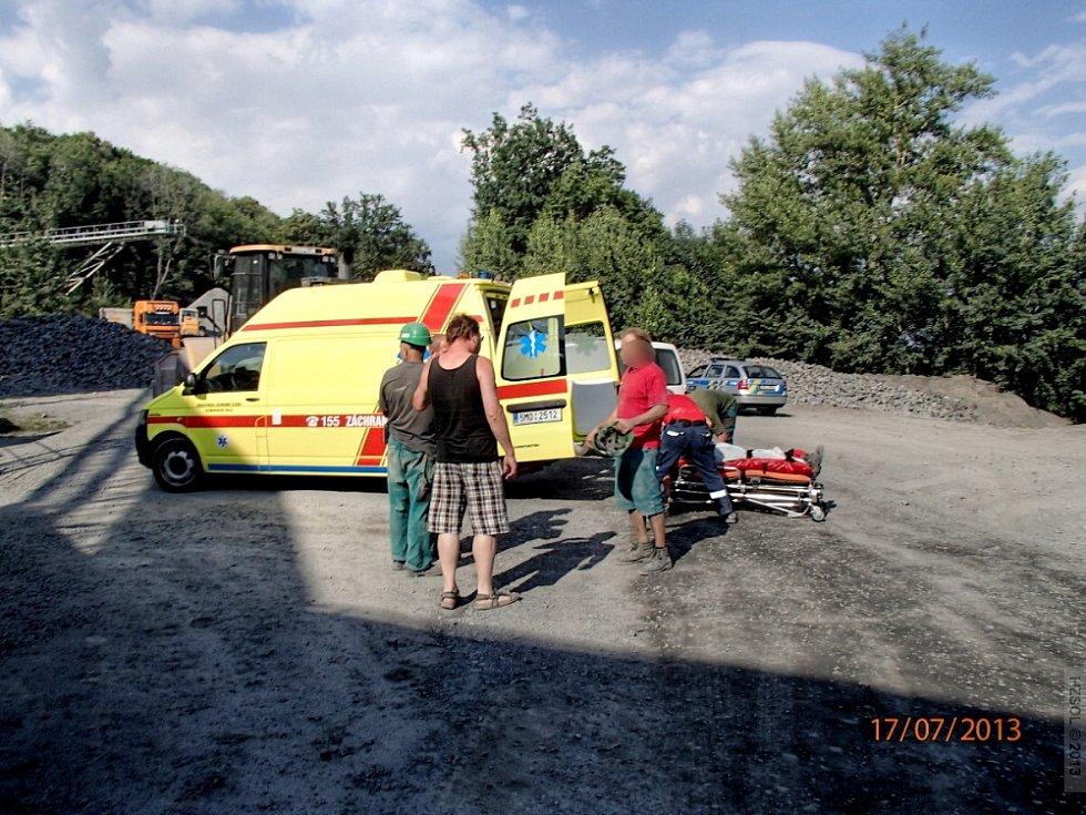 Vyproštění zavaleného muže v lomu Hrabůvka. Foto: Deník/