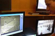 Šéf hranických strážníků Miroslav Mann sleduje záznamy kamer ze silvestrovské noci