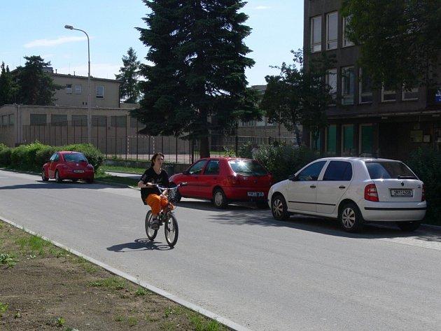 Na Studentské a Hviezdoslavově ulici vznikla nová podélná parkovací místa