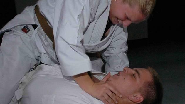 Randí s dívkou jiu jitsu