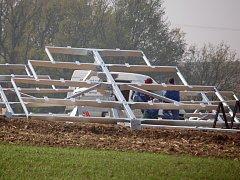 Sluneční elektrárna se v současné době staví na poli v obci Radkovy směrem na Dřevohostice.