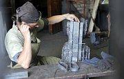 Tým ukrajinských mistrů kovářů v čele s Iljou Popiukem obsadil hradní kovárnu a vytváří dílo do sbírky hradu Helfštýna.