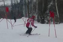 Na startu veřejného lyžařského závodu se sešli dospělí i děti.