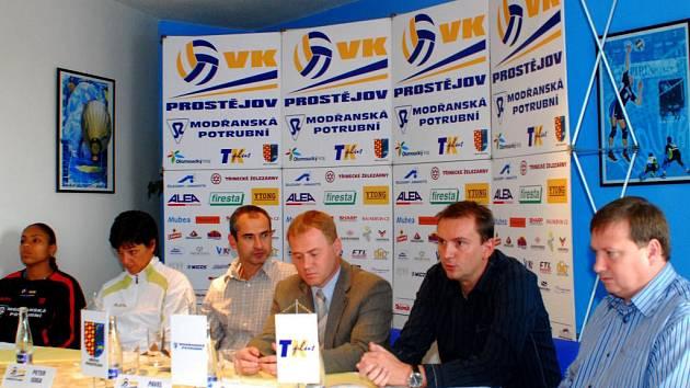 Pilíře, na nichž stojí volejbalový oddíl VK Prostějov: zprava Petr Chytil, Tomáš Medek, Pavel Drmola, Peter Goga, Táňa Krempaská a Solange Soaresová.