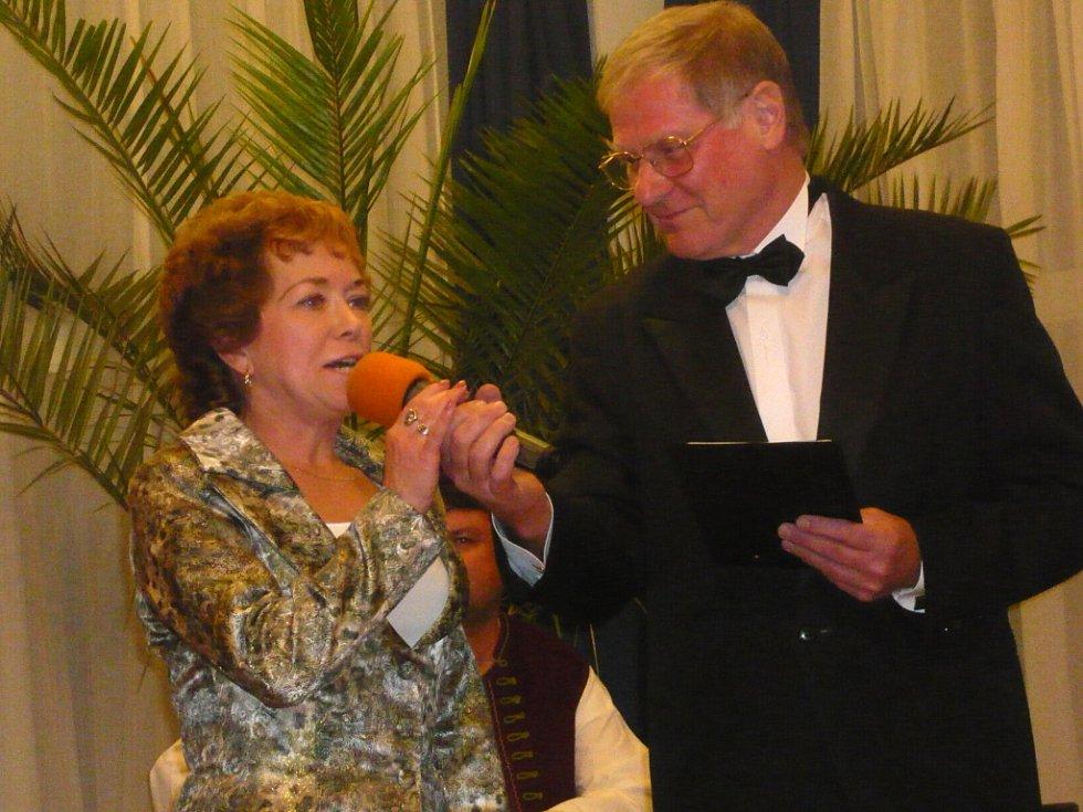 Vítězzka soutěže při úvodním rozhovoru s moderátorem.