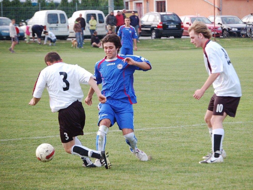 Fotbalisté Želatovic (v bílém) proti 1. FC Přerov