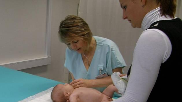 Novou pomůcku na provádění Vojtovy metody, s jejíž pomocí se daří zvládat opožděný pohybový vývoj u dětí, má rehabilitační oddělení přerovské nemocnice.