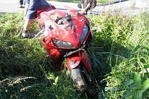 Jednadvacetiletá řidička dostala na motorce smyk a vyjela vpravo mimo cestu.