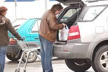 Akční letáky a snížené ceny, to jsou hlavní lákadla přerovských supermarketů.