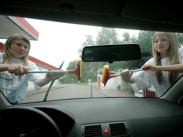 Studenti mají řadu možností, jak si vydělat peníze. Například mytím aut.