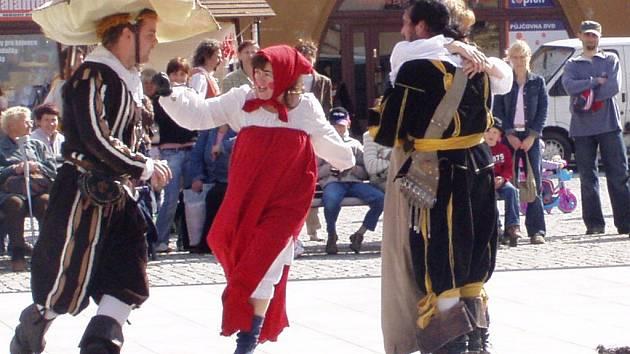 Děti i dospělí se v sobotu dopoledne bavili u pohádkového představení Mrazík v podání šermířské skupiny Allegro ze Štramberka.