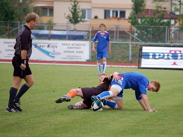 I když mladší dorostenci 1. FC Přerov (v modrém) získali z posledních dvou utkání jen dva body, stále jsou v čele MSDD. Na druhý Hlučín mají náskok pět bodů.