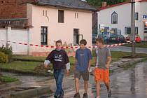 Jeden z domů, kterému voda narušila statiku. Majitelé museli najít dočasné útočiště jinde. Už druhou noc spali mimo domov.
