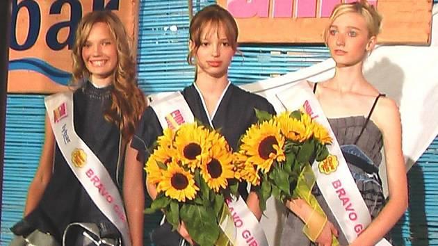 Čtrnáctiletá Kristýna Pumprlová z Přerova (na snímku vlevo) se stala letošní vítězkou modelingové soutěže Bravo Girl.