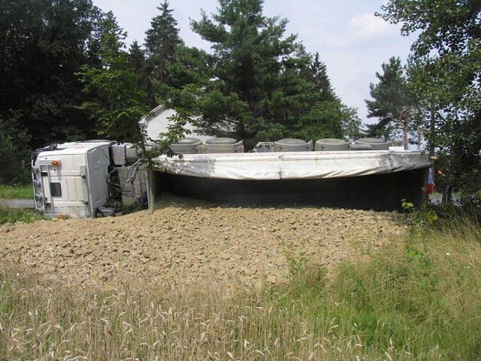 Mladá řidička havarovala s nákladním autem v místní časti Veselíčko – Svrčov.