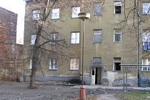 Domy ve Škodově ulici čeká v příštím roce demolice. Nový majitel slíbil obyvatelům sehnat náhradní bydlení.