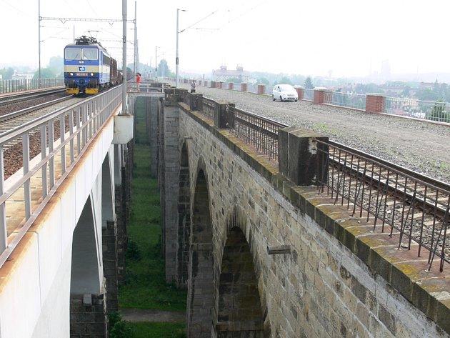 Zatímco zděná a kamenná část viaduktu (na snímku vpravo) už není pro železniční dopravu využívána, po nejnovějším betonovém viaduktu (vlevo) vlaky stále jezdí.