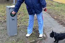 Stále více majitelů psů v Hranicích po svých svěřencích zodpovědně uklízí. Může za to i rostoucí počet košů na psí výkaly.