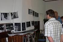 Galerie M+M hostí výstavu netradičních výtvarných technik Jiřiny Vlasákové i ukázku černobílých reportážních fotografií Gabriely Pitekové.