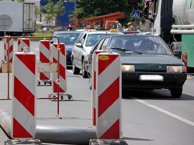 V Komenského ulici je kvůli opravě parovodu už tak doprava dost komplikovaná. Teď ještě více zhoustla kvůli uzavření Polní ulice.