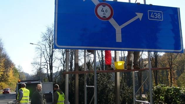 Instalace nové konstrukce dopravní tabule v Teplicích nad Bečvou. Nová konstrukce má v případě nárazu zabránit vážným následkům nehody.
