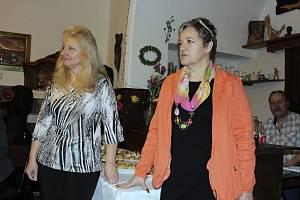 Slavnostní vernisáž otevřela v hranické Galerii M+M výstavu Hany Buchtové (vpravo) a Ludmily Šlosarové (vlevo).